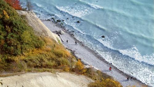 Bildschön: der Weg entlang der Steilküste mit Blick auf die imposanten Kreidefelsen