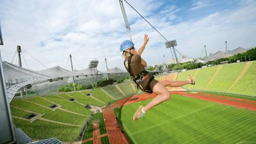 Sich vom Zeltdach des Olympiastadions abzuseilen bringt den Adrenalinspiegel ordentlich auf Touren.