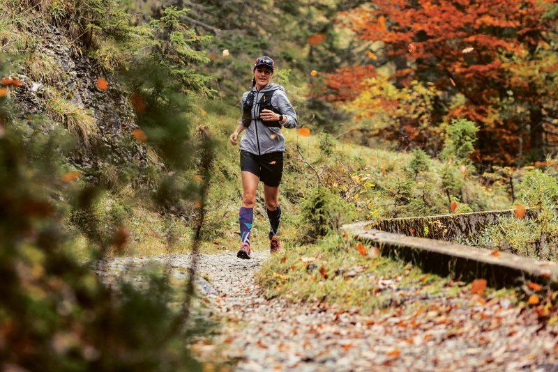 Bei Steigungen stützen sich Trailrunner auf den Oberschenkeln ab.