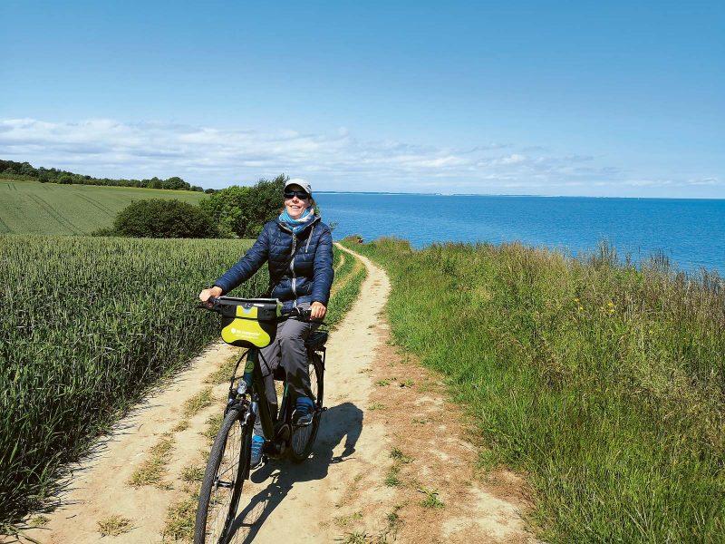 Radeln an der Ostsee: vorbei an Steilküsten, wogenden Getreidefeldern, das Meer im Blick und Salz in der Nase