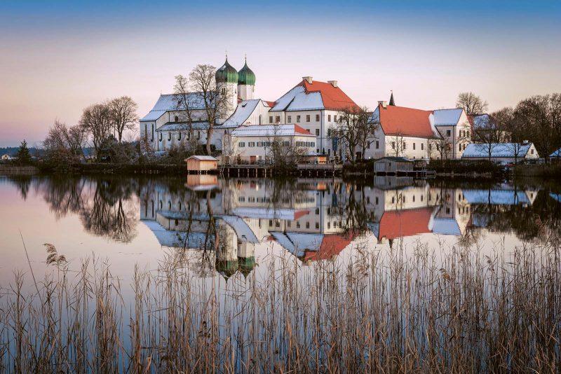 Mitten im See: die ehemalige Benediktinerabtei Kloster Seeon