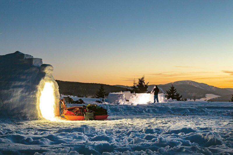 Das fertige Schneehaus: eine warme, kuschelige Höhle für die Winternacht