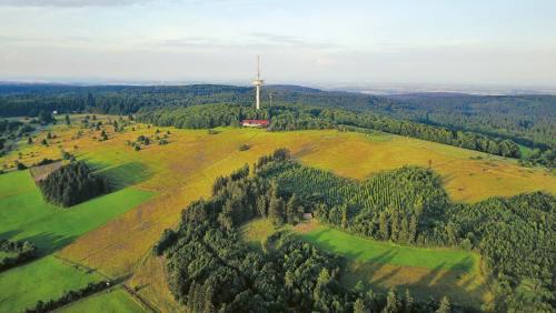 Beim Fernmeldeturm Hoherodskopf startet die Trailrunning-Tour auf den 773m hohen Vogelsberg.