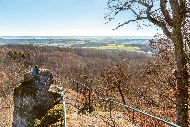 Man kann sich kaum sattsehen an der weiten Land- schaft des Südharzes, die dem Betrachter vom Aussichtsturm »Unterer Bielstein« zu Füßen liegt.