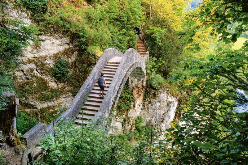 Die Teufelsbrücke über die Höll-Schlucht beeindruckt mit einer grandiosen Felsenlandschaft.