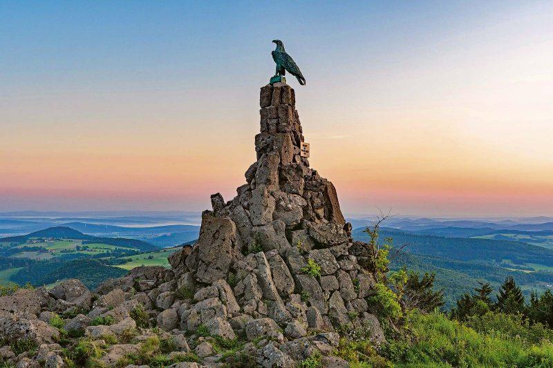 Das Fliegerdenkmal auf der Wasserkuppe, das eine Adlerskulptur krönt