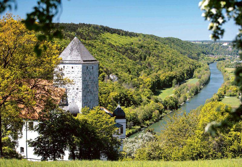 Hoch droben auf einem Kalkfelsen wacht die im 11. Jh. errichtete Burganlage Prunn über Fluss und Tal.
