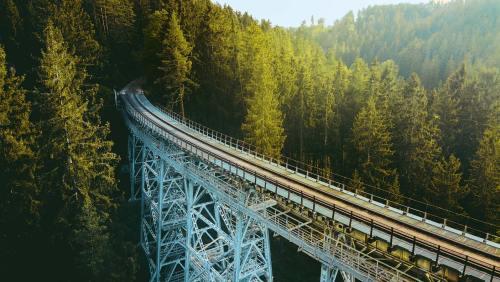 Gigant im Grünen: 115m lang und 32m hoch ist das auf fünf Pfeilern ruhende Viadukt.