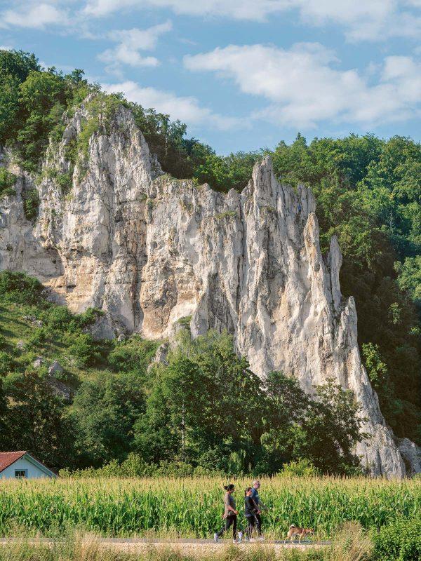 Wie ein Schiffsbug ragt der Dohlenfels, ein beliebter Kletterfelsen bei Konheim, auf.