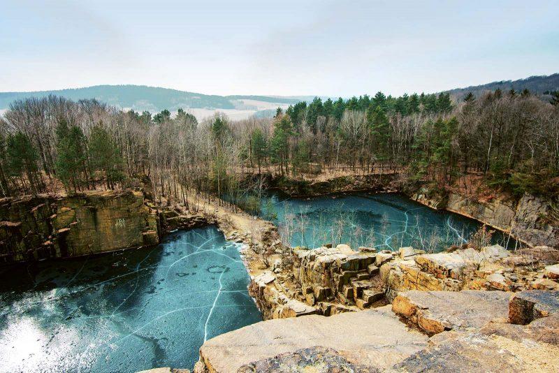 Die aufgelassenen Steinbrüche haben sich im Lauf der Zeit mit Wasser gefüllt und Seen gebildet.