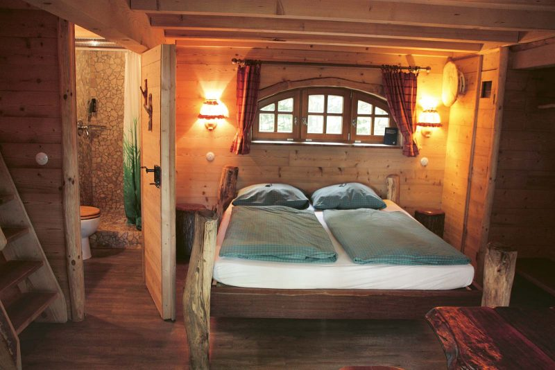 So gemütlich und romantisch kann die Übernachtung in einem Baumhaus sein.