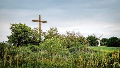 Gipfelkreuz und Windmühle: zwei Wahrzeichen, die den Egelsberg prägen