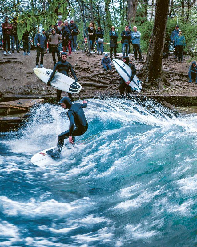 Ob Sommer oder Winter: Die Eisbach-Surfer ziehen viele Schaulustige an.