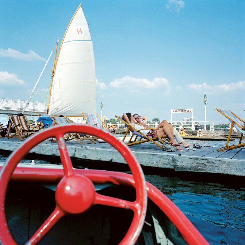 Freizeitkapitäne können am Bootsanleger auf der Außenalster eine kreative Pause einlegen.