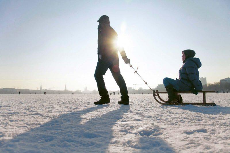 Der erste Schnee lockt in Hamburg Groß und Klein nach draußen, z.B. auf die zugefrorene Alster oder in den Öjendorfer Park.