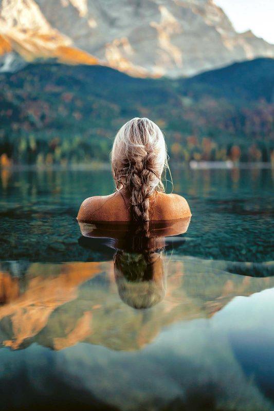 Ein wenig abgehärtet muss man schon sein, um das eiskalte Bad im Eibsee zu genießen.