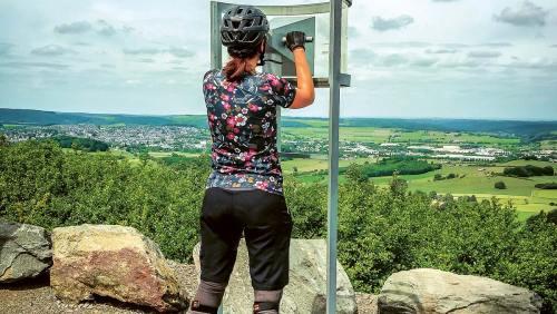 Auf der Aussichtsplattform des Bilsteins bei Brilon wartet eine grandiose Weitsicht: mit oder ohne Fernrohr.