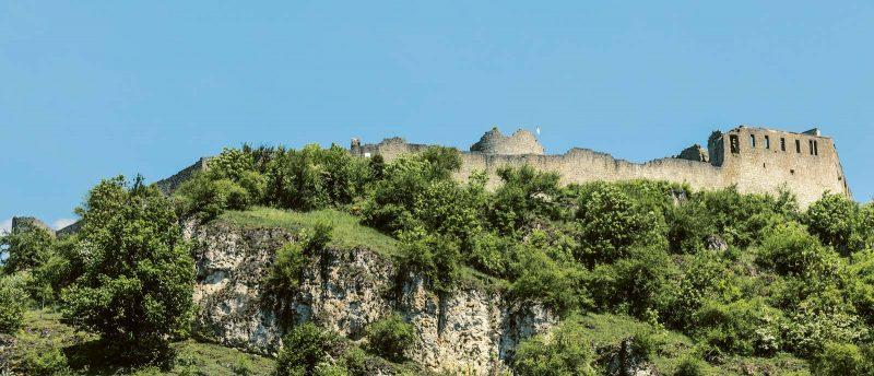 Über dem Zusammenfluss von Naab und Vils ragt die Burgruine Kallmünz auf.