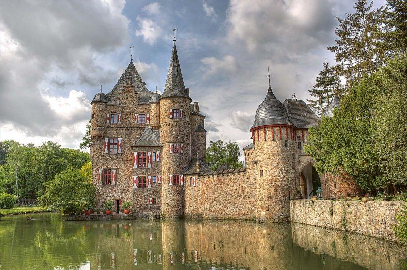 Eines der Highlights auf dem Wasserburgen-Weg: Burg Satzvey in Mechernich am Rand der Eifel