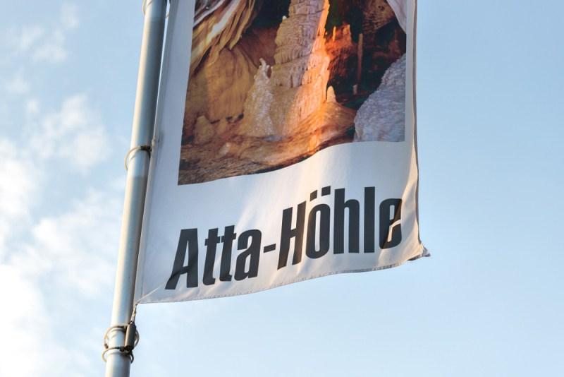 Wehende Fahne vor der Atta-Höhle