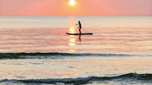 Gibt es etwas Stimmungsvolleres, als auf dem Stehboard in den Sonnenuntergang zu gleiten?