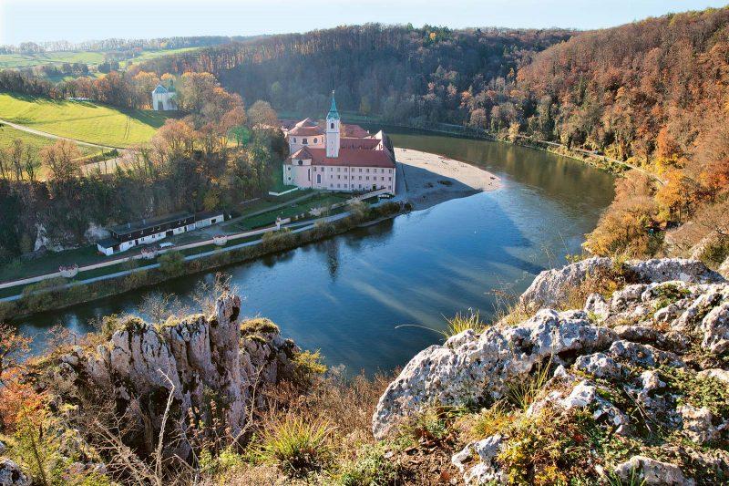 Sakrales Kleinod: das wunderschön in einer Flussschleife gelegene Benediktinerkloster Weltenburg.