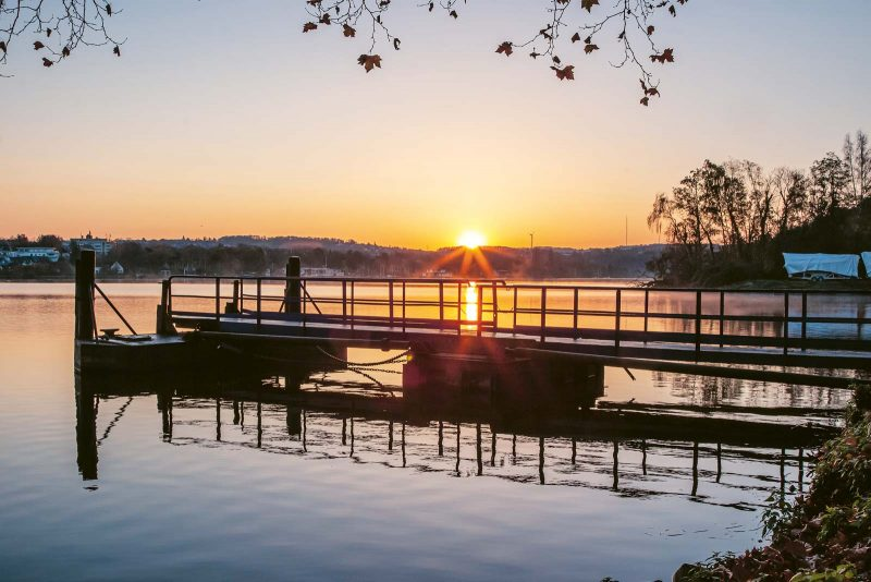 Der Sonnenuntergang kündigt an, dass die Stunde des Chillens gekommen ist.