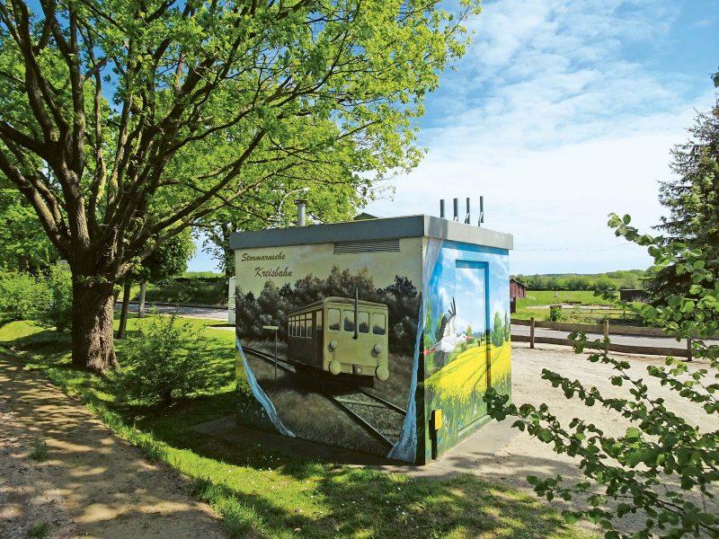 Ein Graffito erinnert an die nostalgischen Zeiten, als hier noch die Kreisbahn fuhr.