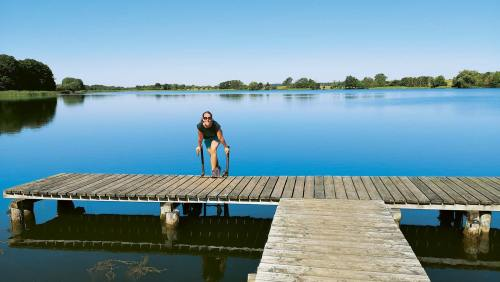 Eine Pause am Krakower See verführt dazu, die müden Beine im Wasser zu kühlen.