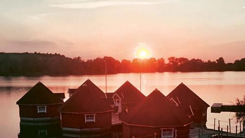 Warum nicht einmal eine Nacht in einer schwimmenden Hütte verbringen?