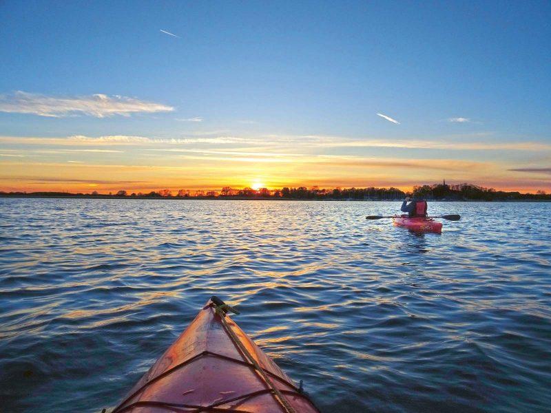 Dem Sonnenuntergang entgegen: auf dem Wasser ein besonders erhebender Moment.