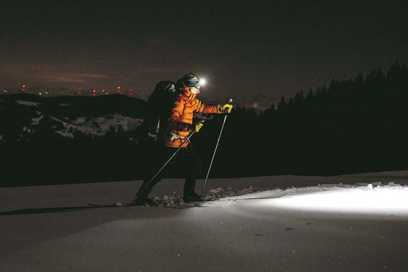 Langlauf by night: Die Stirnlampe weist den Weg in der Dunkelheit.