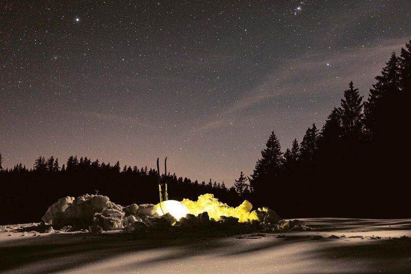 Bei kaltem Wind wird für das Biwak eine kleine Schlafmulde in den Schnee gegraben.