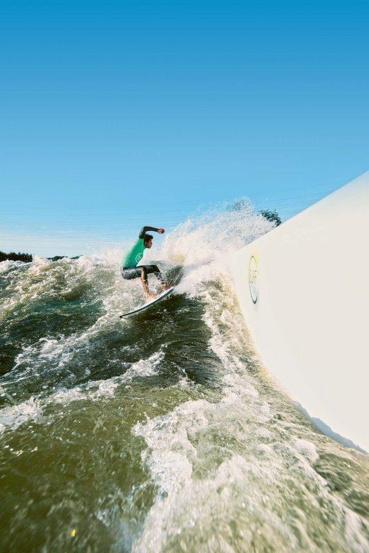Nicht auf Hawaii, sondern in Langenfeld könnt ihr diese gigantische Welle reiten.