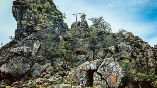 Naturmonument im Rothaargebirge: Vier Felsen, der höchste misst 92 m, bilden die Bruchhauser Steine.