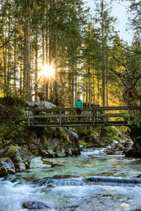 Der Naturlehrpfad lüftet die Geheimnisse des Zauberwalds (im Bild die Ramsauer Ache).