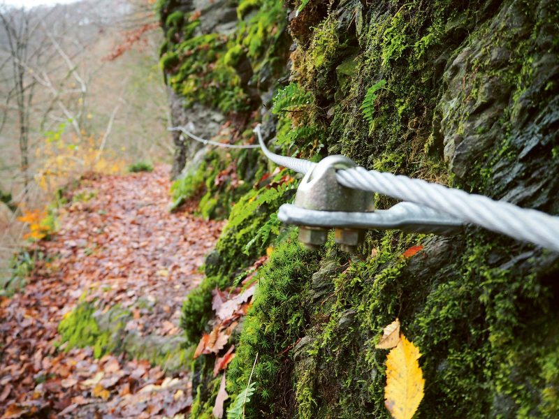 An einigen Stellen des Lieserpfads ist der Weg zum Schutz des Wanderers mit Drahtseilen gesichert.